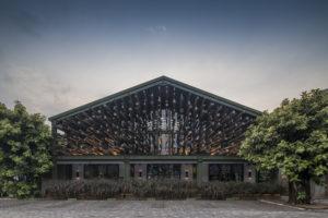 Indonesia: un ristorante costruito in legno di Alstonia