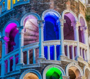 Venezia: la scala gotica di Palazzo Contarini del Bovolo trasformata in un faro multicolore