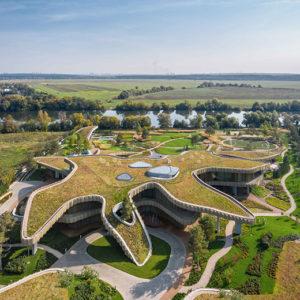 Mosca: una residenza dalle forme organiche esplora i confini tra natura e forma costruita