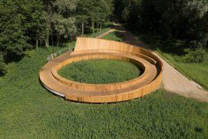 Lettonia: una terrazza panoramica in legno sul fiume