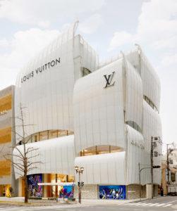 Osaka: il nuovo Louis Vuitton Store coperto da vele di vetro curvo